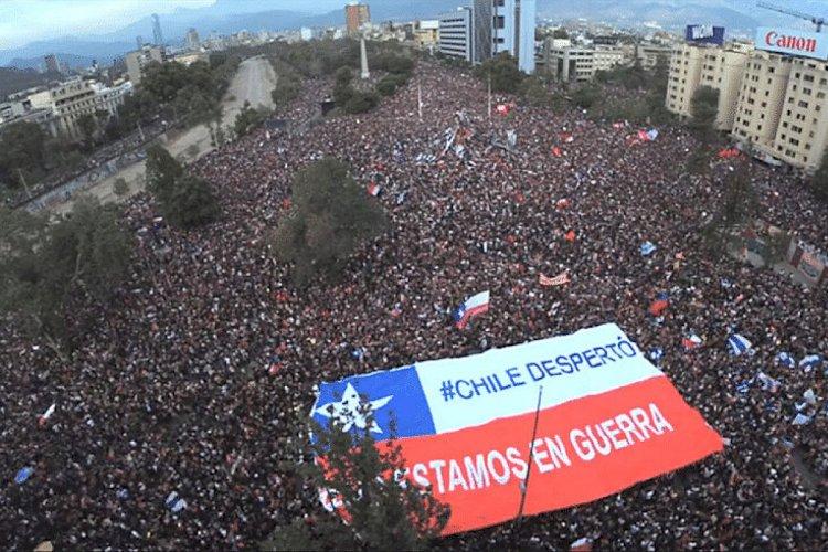 79% dos chilenos decidem enterrar Constituição de Pinochet e povo lota as ruas para comemorar .