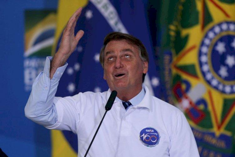 """Bolsonaro diz que """"estão esticando a corda"""" e que """"só Deus"""" o tira da presidência"""