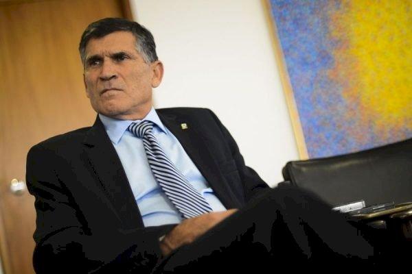 """General Santos Cruz quer """"reação forte das pessoas e instituições"""", contra arroubos golpistas"""