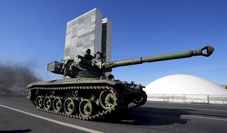 O grotesco espetáculo dos tanques no asfalto